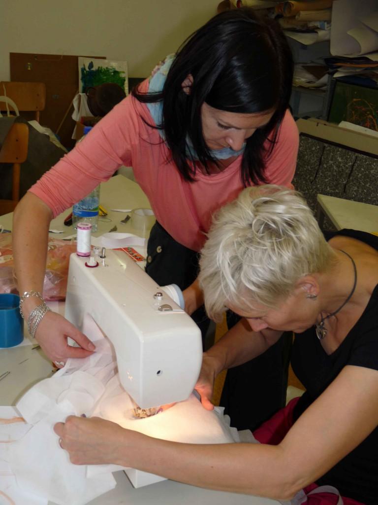 Ženy zavzpomínaly, jak se šije na stroji. foto: Marta Štrosová