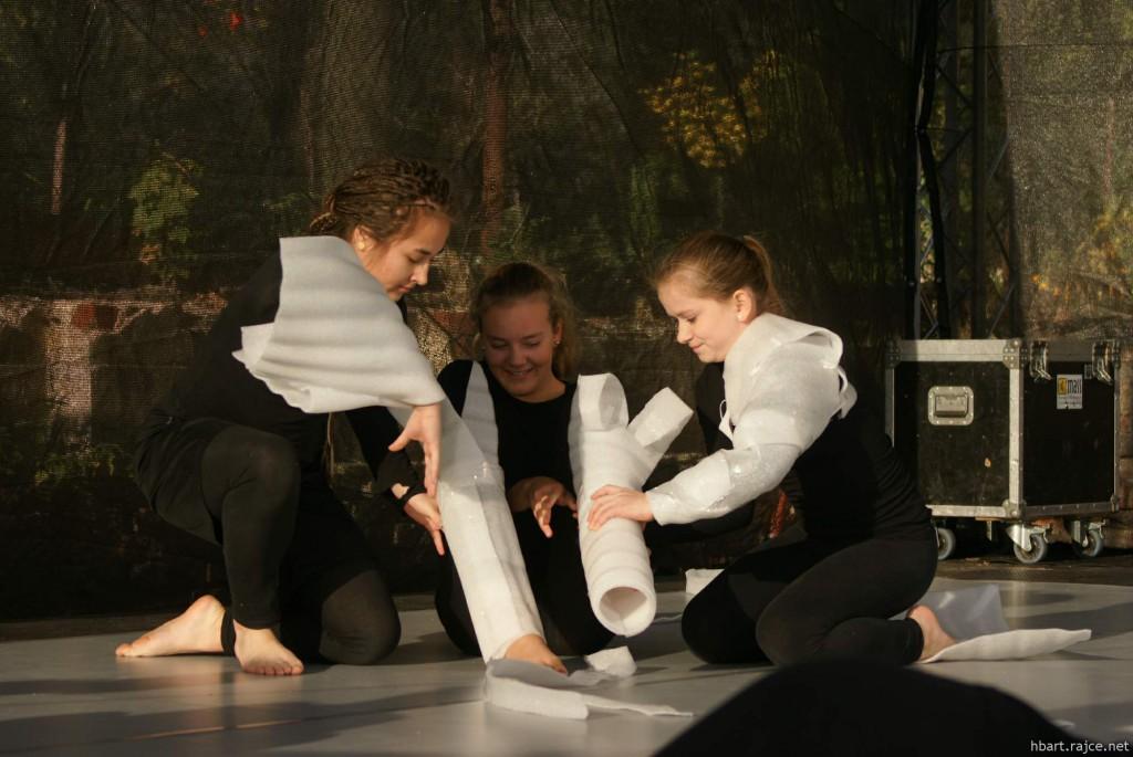 To není záběr ze sádrovny, to je vystoupení náctiletých s vlastnoručně vyrobenými rekvizitami z mirelonu. foto: HBart